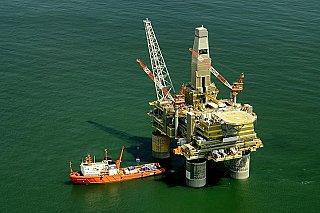 Ropa zdražuje po zprávě, že zásoby v USA klesly více, než se čekalo